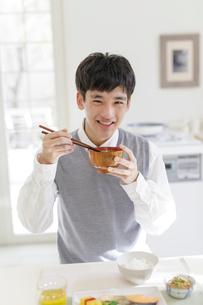朝食を食べる男子高校生の写真素材 [FYI01919741]