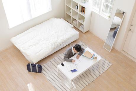 部屋で勉強する男子高校生の写真素材 [FYI01919742]