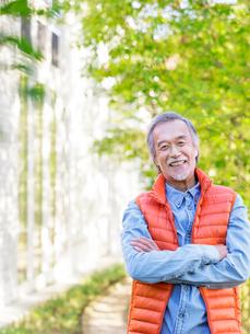 腕を組んで笑うシニア男性の写真素材 [FYI01919757]
