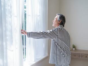 窓の外を眺めるシニア男性の写真素材 [FYI01919783]