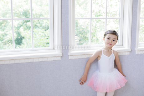 窓辺に立つバレリーナの女の子の写真素材 [FYI01919803]