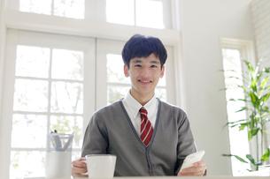 スマートフォンを持つ男子高校生の写真素材 [FYI01919822]