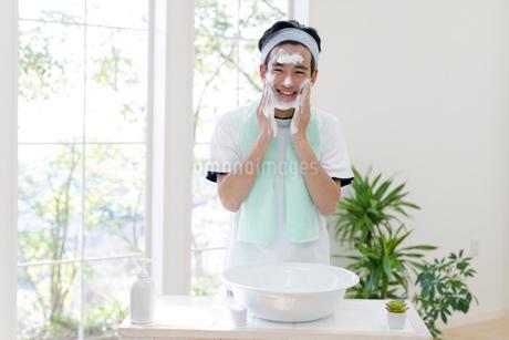 洗顔をする男子高校生の写真素材 [FYI01919841]