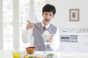 朝食を食べる男子高校生の写真素材 [FYI01919866]
