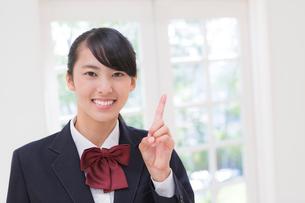 指さす女子高生の写真素材 [FYI01919867]