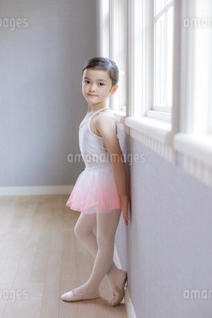 窓辺に立つバレリーナの女の子の写真素材 [FYI01919882]