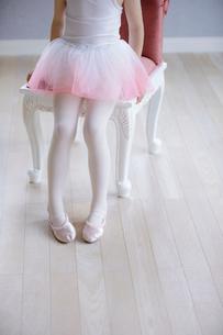 バレリーナの女の子の足元の写真素材 [FYI01919888]