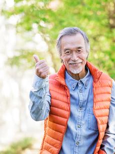 親指を立てるシニア男性の写真素材 [FYI01919894]