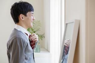 ネクタイを触る男子高校生の写真素材 [FYI01919904]
