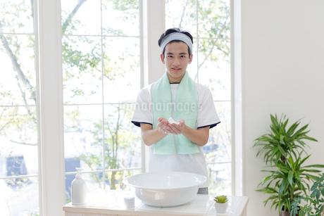洗面台に向かう男子高校生の写真素材 [FYI01919949]
