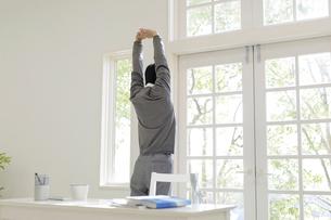 背伸びをする男子高校生の写真素材 [FYI01919987]
