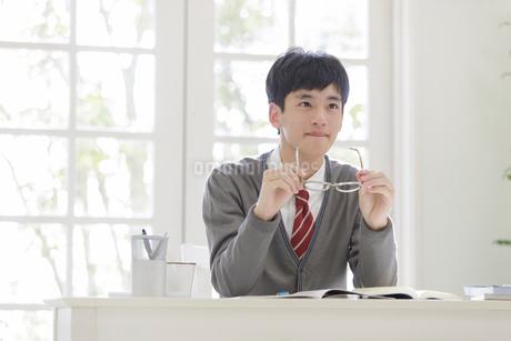 眼鏡を持つ男子高校生の写真素材 [FYI01920000]