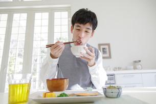 朝食を食べる男子高校生の写真素材 [FYI01920015]