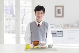 食卓に向かう男子高校生の写真素材 [FYI01920016]