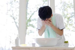 洗顔をする男子高校生の写真素材 [FYI01920084]
