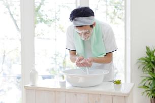洗顔をする男子高校生の写真素材 [FYI01920164]