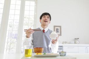 朝食を食べる男子高校生の写真素材 [FYI01920177]