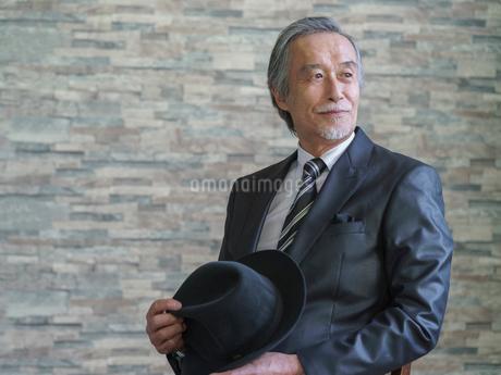 椅子に座るシニア男性の写真素材 [FYI01920212]