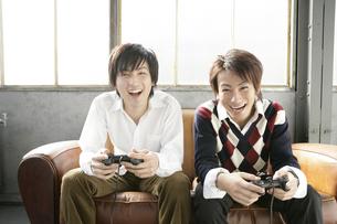 ゲームをする男性の写真素材 [FYI01920224]