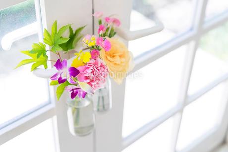 ドアにかけられた花のイメージの写真素材 [FYI01920244]