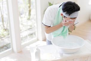 洗顔をする男子高校生の写真素材 [FYI01920259]