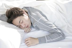 うつ伏せで寝る男性の写真素材 [FYI01920533]