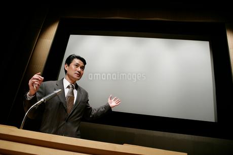 プレゼンテーションをする男性の写真素材 [FYI01920963]