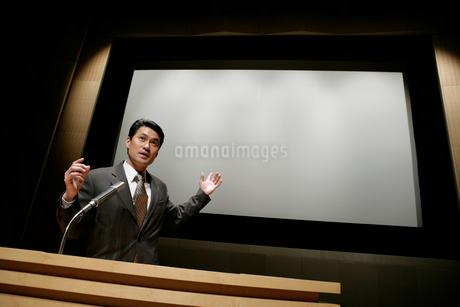 プレゼンテーションをする男性の写真素材 [FYI01920990]