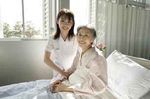 介護ベッドの女性患者と女性看護師の写真素材 [FYI01921572]