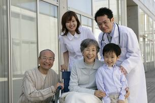 車椅子の患者と付添いの人たちの写真素材 [FYI01922249]