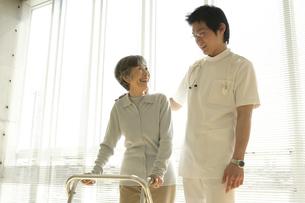 リハビリをする患者の写真素材 [FYI01922450]