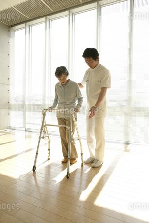 リハビリをする患者の写真素材 [FYI01922502]