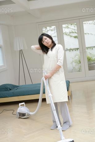 掃除機をかける女性の写真素材 [FYI01922589]