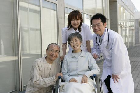 車椅子の女性と病院の人たちの写真素材 [FYI01922667]