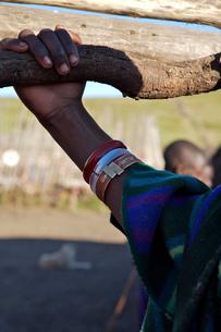 マサイ族の腕の写真素材 [FYI01923369]