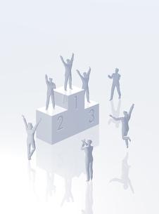 表彰台と人のデジタルイメージの写真素材 [FYI01923473]