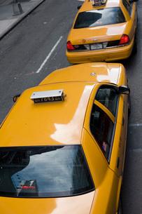 2台のタクシーの写真素材 [FYI01924131]