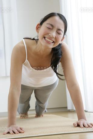 腕立て伏せをする若い女性の写真素材 [FYI01924377]