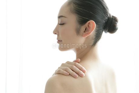 肩に手をあてる若い女性の写真素材 [FYI01924380]
