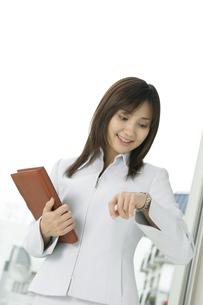 白いスーツの女性の写真素材 [FYI01924393]