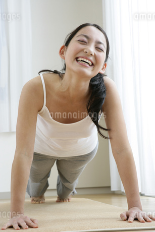 腕立て伏せをする若い女性の写真素材 [FYI01924498]