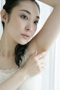 肌のお手入れをする若い女性の写真素材 [FYI01924516]