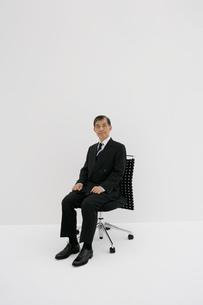 椅子に座るシニアのビジネスマンの写真素材 [FYI01924918]