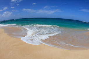 青空と浜辺の波の写真素材 [FYI01925371]