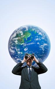 地球と白人男性の写真素材 [FYI01925401]