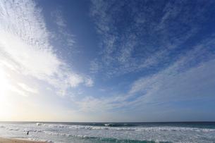 青空と浜辺の波の写真素材 [FYI01925410]