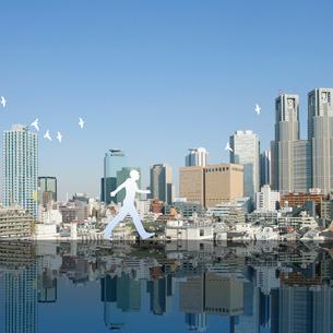 東京の街と歩く人のイラスト素材 [FYI01925434]