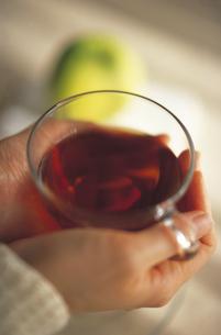 紅茶とりんごの写真素材 [FYI01925580]