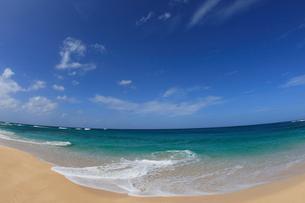 青空と浜辺の波の写真素材 [FYI01925588]