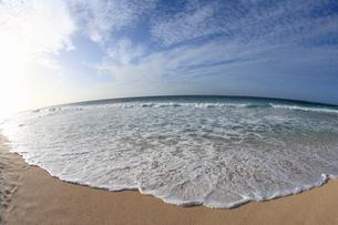 青空と浜辺の波の写真素材 [FYI01925636]